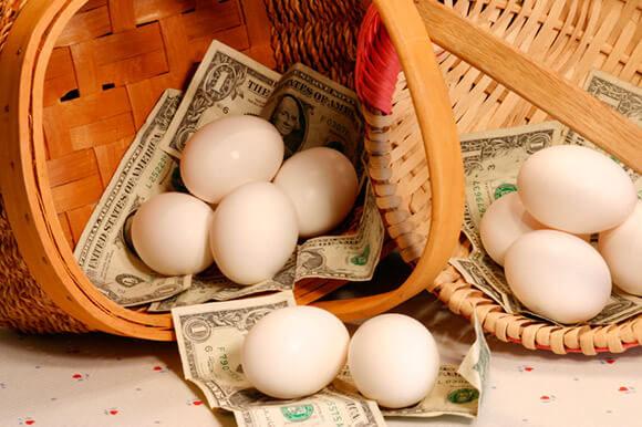 яйца и деньги в корзинах